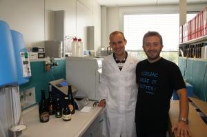 L'autore (a destra) con il Dott. Giorgio Volponi nei laboratori ICQ