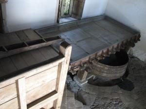 Lacock Abbey Brewhouse: vasca di raffreddamento e tino di fermentazione (con rubinetto e incavo per i barili)