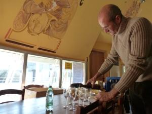 """Andrea """"Demus"""" prepara i campioni della birra da lui prodotta"""